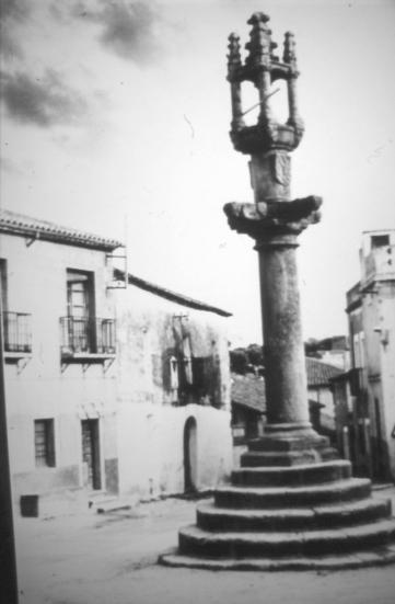 """Plaza de la Constitución (Castillo de Bayuela), con el rollo jurisdiccional en primer plano, y las """"Casas"""" de los Mendoza y Luna al fondo."""
