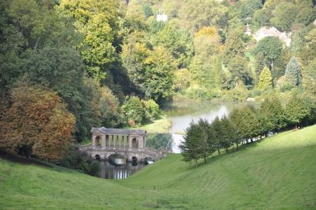 Prior Park con estanque y puente palladiano al fondo