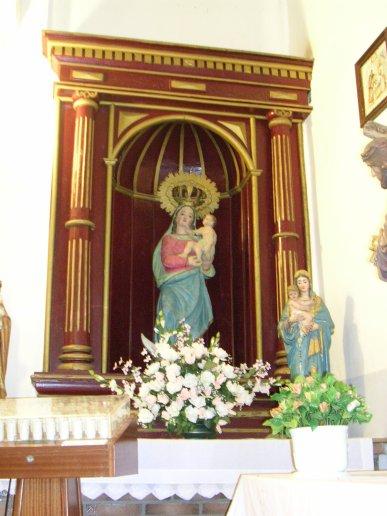 Imagen de la Virgen del Retamar (s.XVI) bajo retablo del s.XX