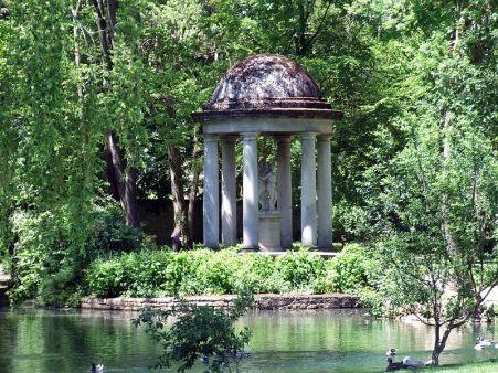 800px-Dijon_-_Jardin_de_l'Arquebuse_-_Temple_d'amour_4